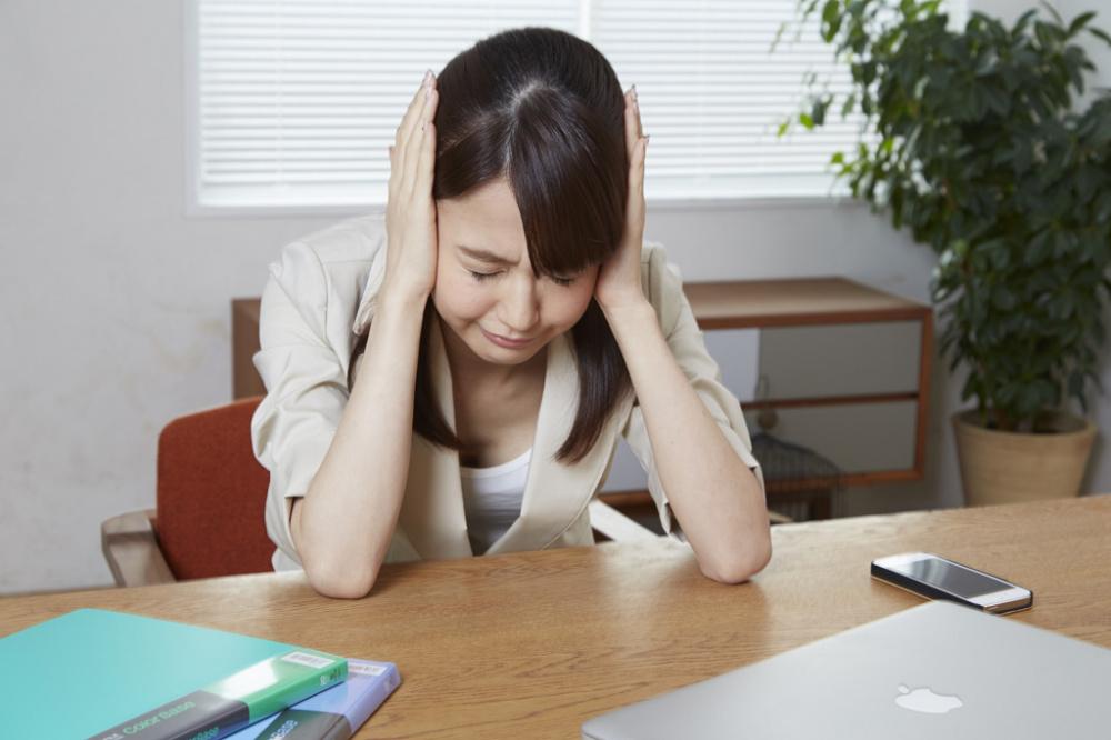 自律神経失調症に悩む女性。