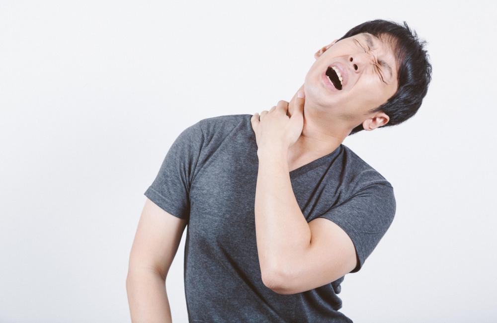 変形性頚椎症に悩む男性