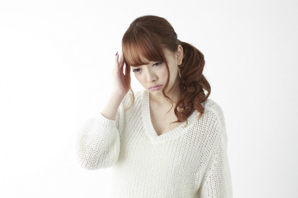 偏頭痛に悩む女性