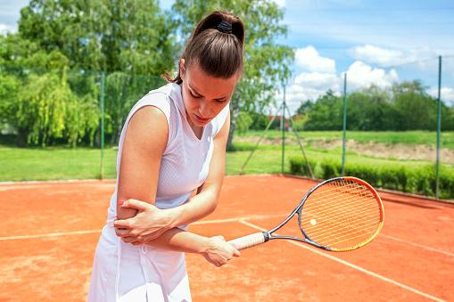 テニス肘に苦しむ女性