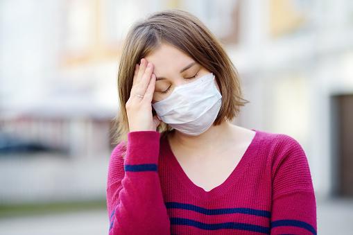 マスク酸欠に悩む女性